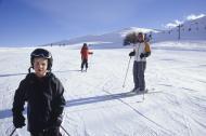 Fol i fullt slalomutstyr ved toppen av et skitrekk.