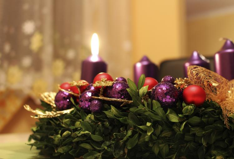 Advent wreath with only one out of four purple candles lit.