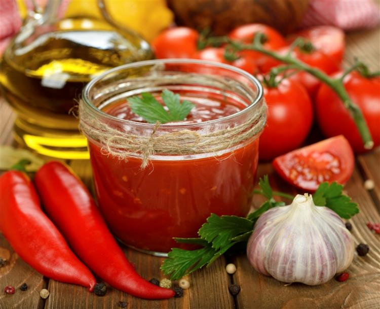 Tomato sauce with chili peppers and other ingredients.