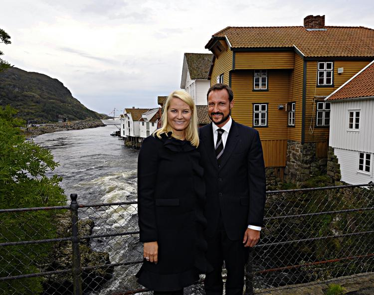 The Crown Prince couple pictured on a bridge in Sogndalstrand in september 2009.